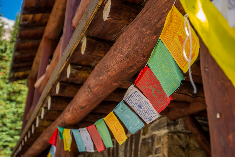plain-of-six-glaciers-teahouse-flags